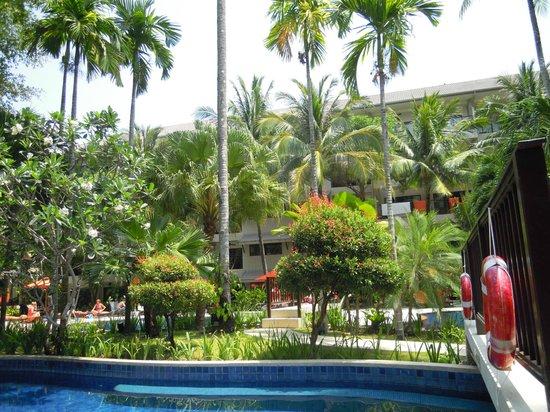 Novotel Phuket Surin Beach Resort.: Бассейн и сад
