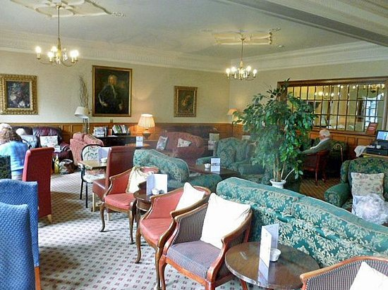 The Green Dragon: Spacious panelled lounge of extreme comfort