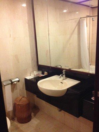 Ramada Bintang Bali Resort: Bathroom