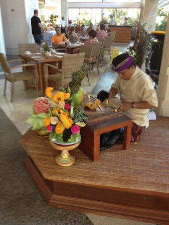 Ramada Bintang Bali Resort: Fruit carver