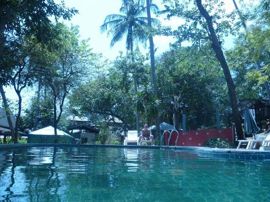 Anyavee Railay Resort: зона бассейна и ресторан рядом