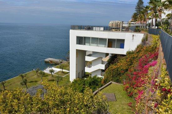 VidaMar Resort Hotel Madeira: Lift en trap naar zwembad buiten