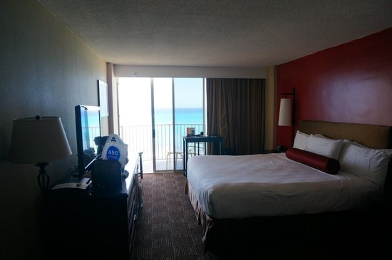 Aston Waikiki Beach Hotel: Inside a deluxe oceanfront room