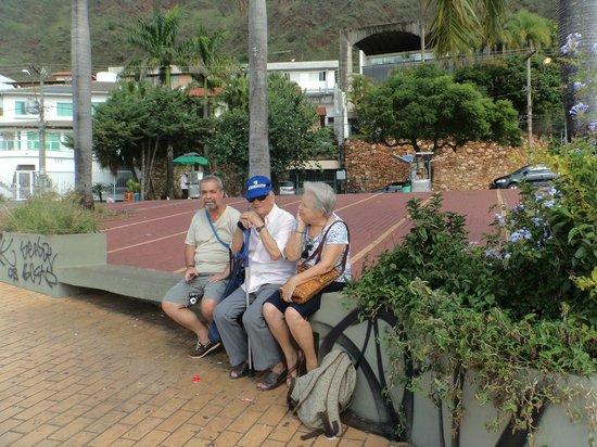 Praca Israel Pinheiro: Descansando sob o sol