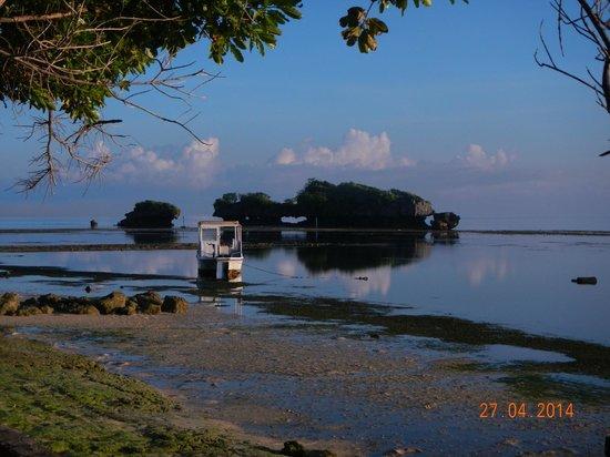 Patuno Resort Wakatobi : Batu bolong di depan restoran