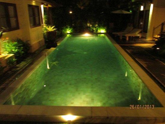 Munari Resort & Spa: Pool view at night