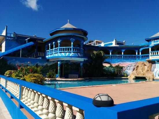 Travellers Beach Resort: Pool side