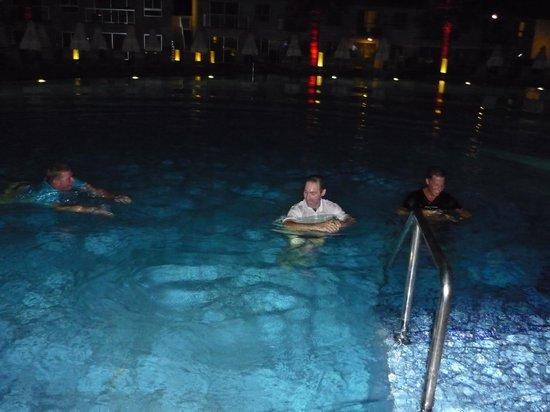 Sunprime Ayia Napa Suites : ..men trägen vinner, dock föll ALLA i vattnet :)