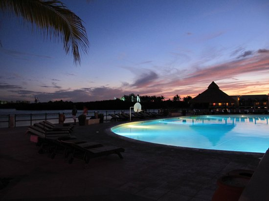 Piscine au coucher du soleil photo de club med cancun for Club piscine soleil chicoutimi