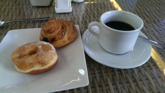 PING Hotel Seminyak Bali : Coffee and cake is served with breakfast  YUM