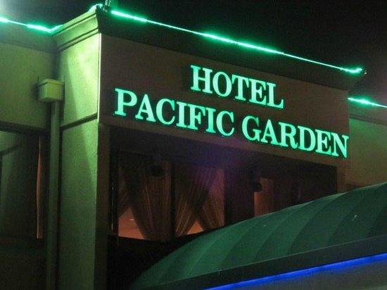 Hotel Pacific Garden: 夜の外観