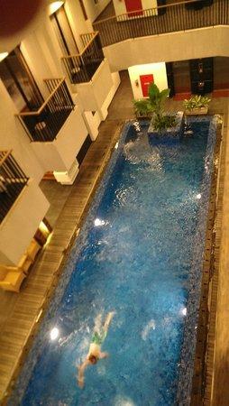 PING Hotel Seminyak Bali: Pool at night