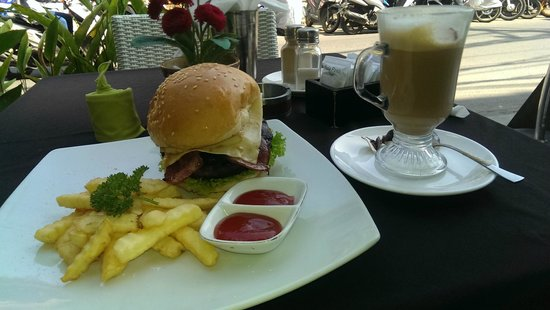 PING Hotel Seminyak Bali: Cafe opposite Ping Hotel  Great Burger and Coffee