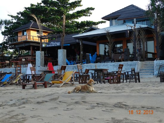 Lanta Nature Beach Resort: Area with the bar in front the resort