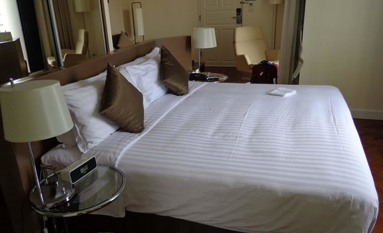 Phachara Suites : Large comfortable bed