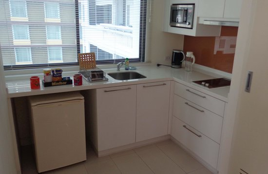 Phachara Suites : Well equipped kitchenette