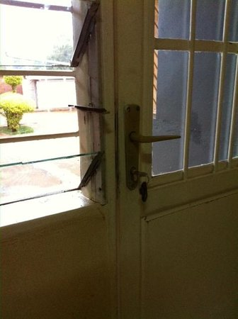 Motel du Mont Huye : Missing glass in window