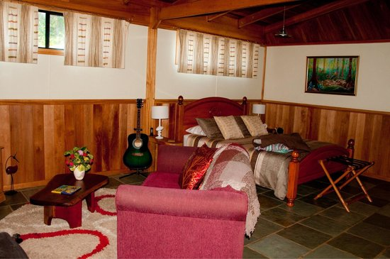 Sharlynn B&B: Beautiful Wooded cabin