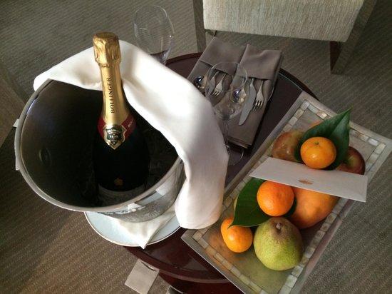 Mandarin Oriental, Paris: Our champagne and fruit