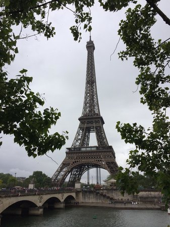 Mandarin Oriental, Paris: Eiffel Tower is a 20 to 25 min walk from hotel.