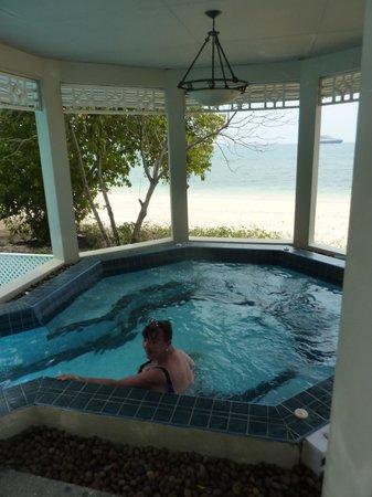 Cape Panwa Hotel : Jacuzzi vue sur mer