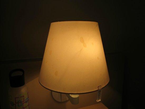 Desert Gardens Hotel, Ayers Rock Resort: Flecken auf der Nachttischlampe... Hoffentlich Kaffee!?!?!