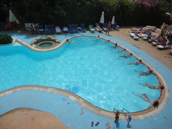 Avlida Hotel: Аквааэробика в главном бассейне. Вид из номера.