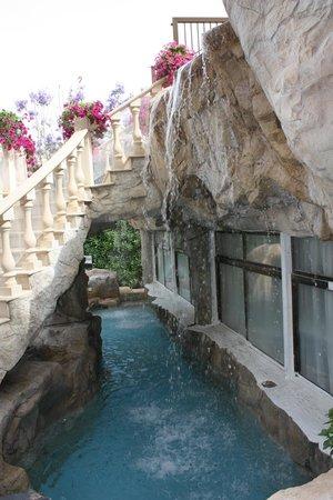 Avlida Hotel: Декоративный грот. НЕ для купания - прошу заметить.