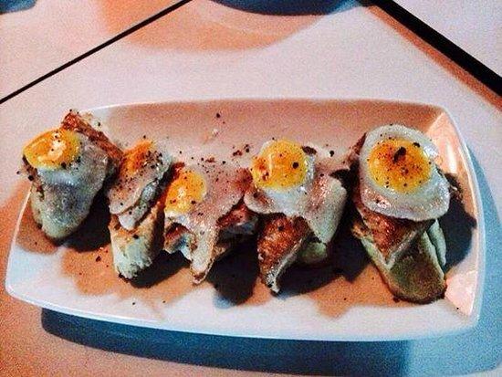 La Bombona Diving Cafe: Montaditos con huevo de codorniz.