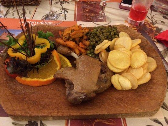 La Cotte de Mailles: Confit de canard avec sa garniture de petits pois carottes en boîte et ces pommes de terres cong