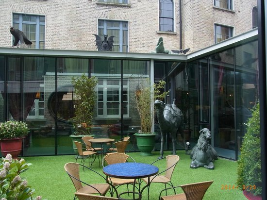 Trinity City Hotel: Court yard with angels, demons and tigers!