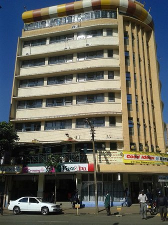Kenya Comfort Hotel: Street view of hotel