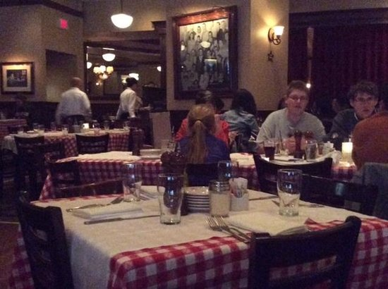 Maggiano's Little Italy : Tables
