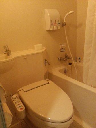 APA Hotel & Resort Tokyo Bay Makuhari: Toilet bowl with shower, bath tub