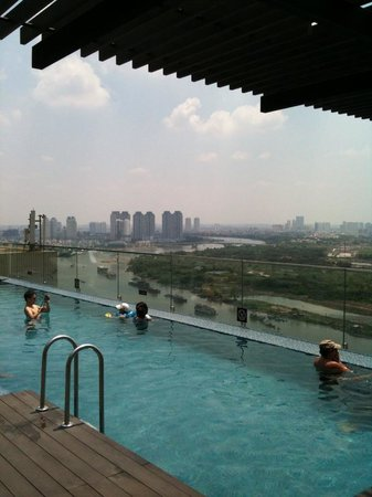 Liberty Central Saigon Riverside Hotel : View from rooftop pool