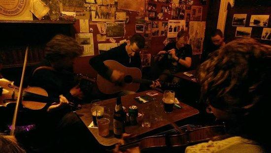 Ti Chairbre (Carberry's Pub): a usual site...trad
