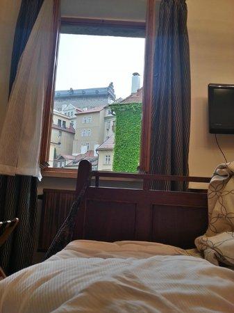 Hotel U Zeleneho hroznu (Hotel At the Green Grape): Udsigten fra sengen