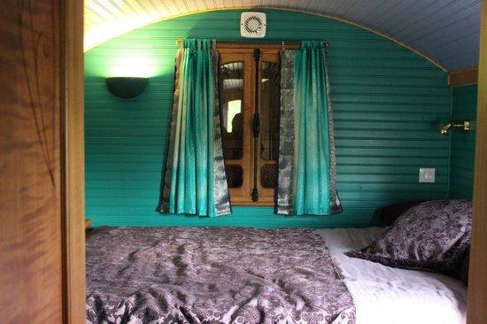Roulotte Retreat: Bedroom