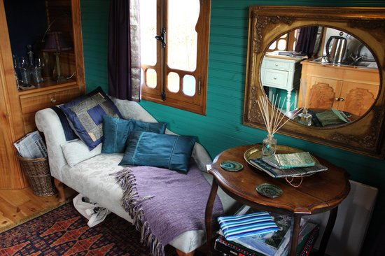 Roulotte Retreat: Sitting/kitchen area