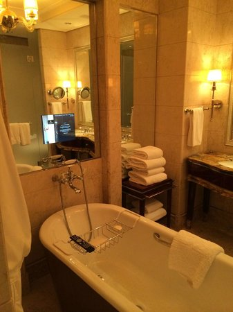 The St. Regis Singapore : Freestanding tub and heated mirrors