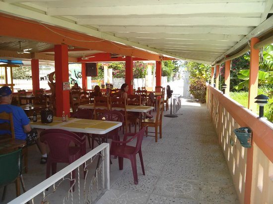 Tropical Paradise Hotel: Great little restaurant and bar right on site.