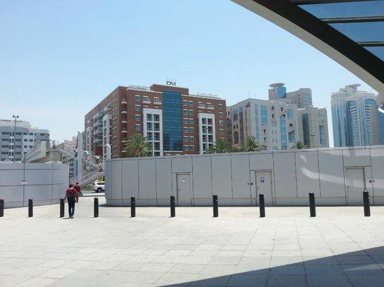 Lotus Downtown Metro Hotel Apartments: Vue de la station de métro : passerelle aérienne à prendre pour traverser la rue