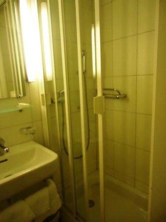 Landgasthof Kreuz : la douche de la salle de bains