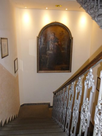 Hotel Orto De Medici: Escalier menant au 1er étage