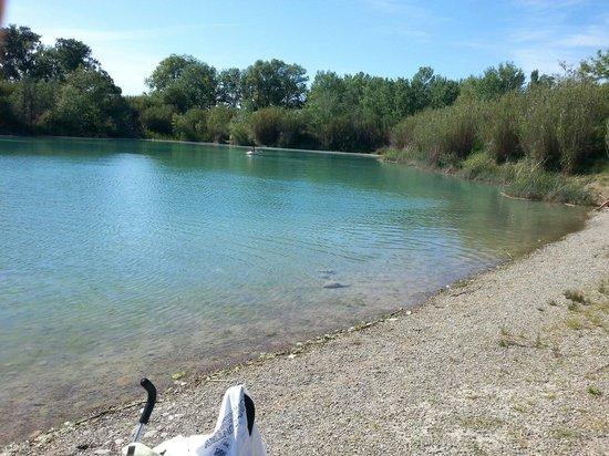 La Roque-d'Antheron, ฝรั่งเศส: Un soi disant lac avec plage de sable alors que se sont des cailloux