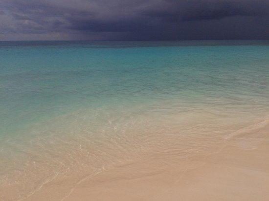 Eagle Beach: Eagle-Mar azul sob céu negro