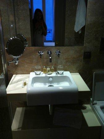 Hotel Armoni: Small but very stylish Bathroom