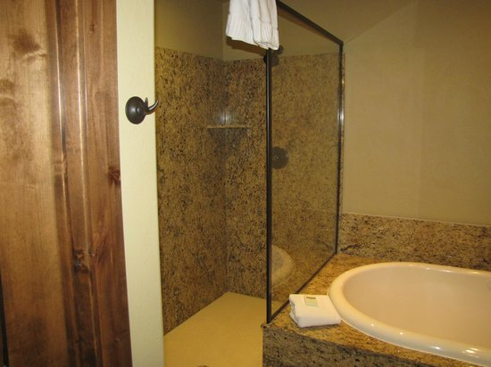 Cable Mountain Lodge: walk in shower
