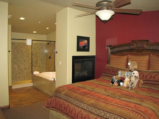 Cable Mountain Lodge : the kids loved the bed and fireplace !