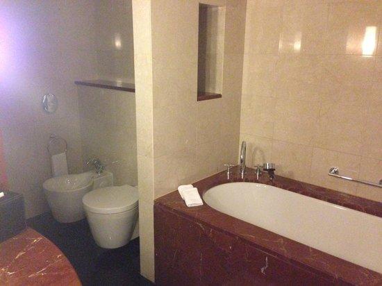 Jumeirah Emirates Towers: bath